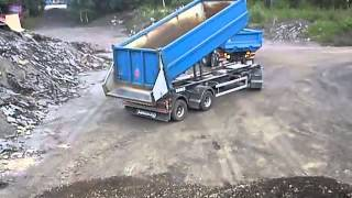 Scania tippar grus! Scania dumping gravel!