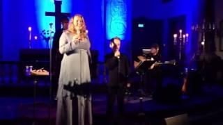 Helene Bøksle og Vegard Lohne sang julen inn for fullsatt Mandal kirke