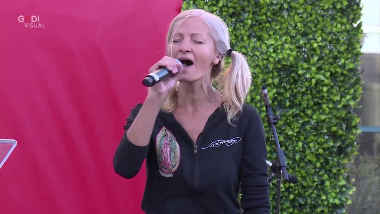 E' una senzatetto ma quando comincia a cantare avviene il miracolo