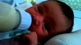 Xomaly tomando leche al mes