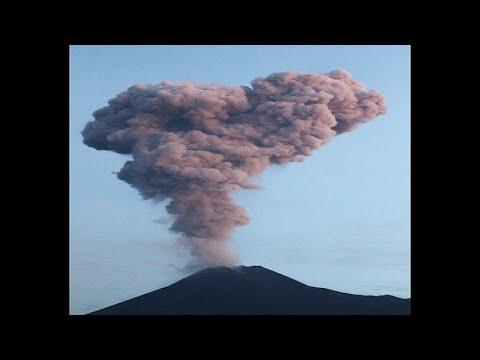 شاهد: ثوران بركان ميرابي في إندونيسيا يثير قلق سكان المناطق المجاورة…