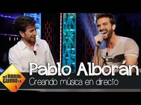 Pablo Alborán crea música en directo con una mesa de mezclas