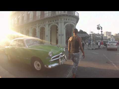 Saratoga y taxis al amanecer en la Habana. Taxi drivers in Havana, Cuba.