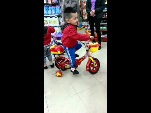 Song Bảo - Đi xe đạp trong siêu thị, Gấu bị ngã