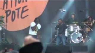 Tiken Jah Fakoly ft Soprano(Live)-Ouvrez les Frontieres(SOS Racisme 14 Juillet 11 Paris)