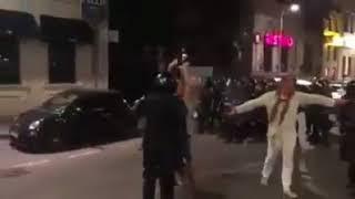 Jandarm loveste un tanar cu bastonul peste fata