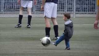 2 Jahre altes Kind spielt Fussball
