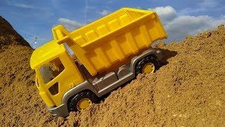 Машинки в Большой песочнице попали в беду. Вертолетик прилетел на помощь и спасает машинки