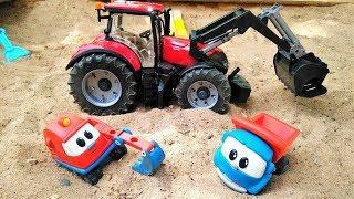 Araba oyunları. Kamyon Leo ve Scoop kumda oynuyorlar.
