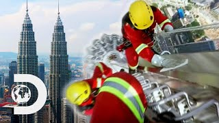 How Do They Clean One Of The Tallest Buildings In The World? | How Do They Do It?