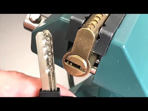 Взлом отмычками Mul-T-Lock  Classic  [393] Mul-T-Lock Classic Euro Profile Cylinder Picked and Gutted ()