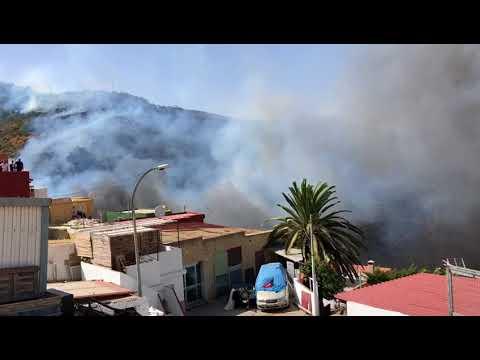 El incendio alcanza al menos una casa del Serrallo