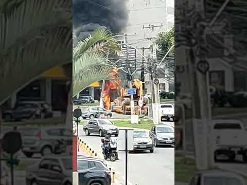 Carreta pega fogo perto de posto de combustível - parte 8