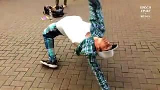 Танец робота на улице Москвы
