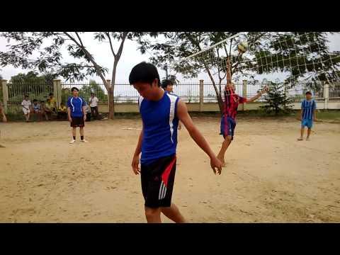 Hiệp một trận chung kết bóng chuyền nam Trường THCS và THPT Khánh Hưng giữa 12@1 và 10@2