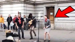 Straßenmusiker holt Frau aus Publikum ans Mikrofon - Was folgt ist wunderbar! ©Lampa Faly