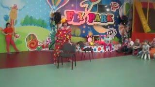 Реприза клоуна с стулом в развлекательном парке