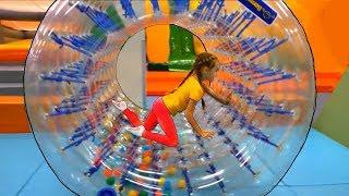 Parque infantil interior con pelotas y trampolines - Mi Mi Kids