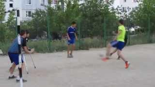 Настоящий Мужик!Парень играет в футбол на Костылях