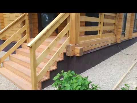 Крыльцо поручни перила из дерева в деревянном доме