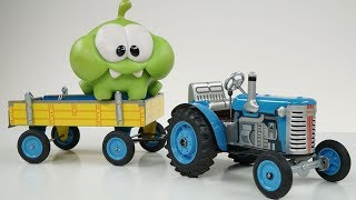 видео: ДЕДУШКА СИНЕГО ТРАКТОРА - Видео распаковка unboxing для детей про заводной синий трактор с прицепом