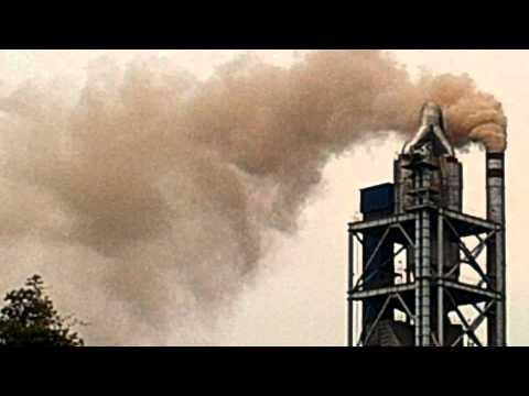 Nhà máy xi măng Trung Sơn xả khói bụi