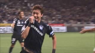ファン ウィジョ(G大阪)が左サイドから供給されたクロスボールを頭で...