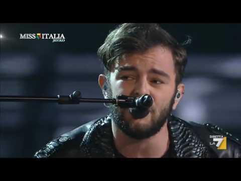 Lorenzo Fragola ospite alla serata finale della 77a Edizione di Miss Italia canta: D'improvviso