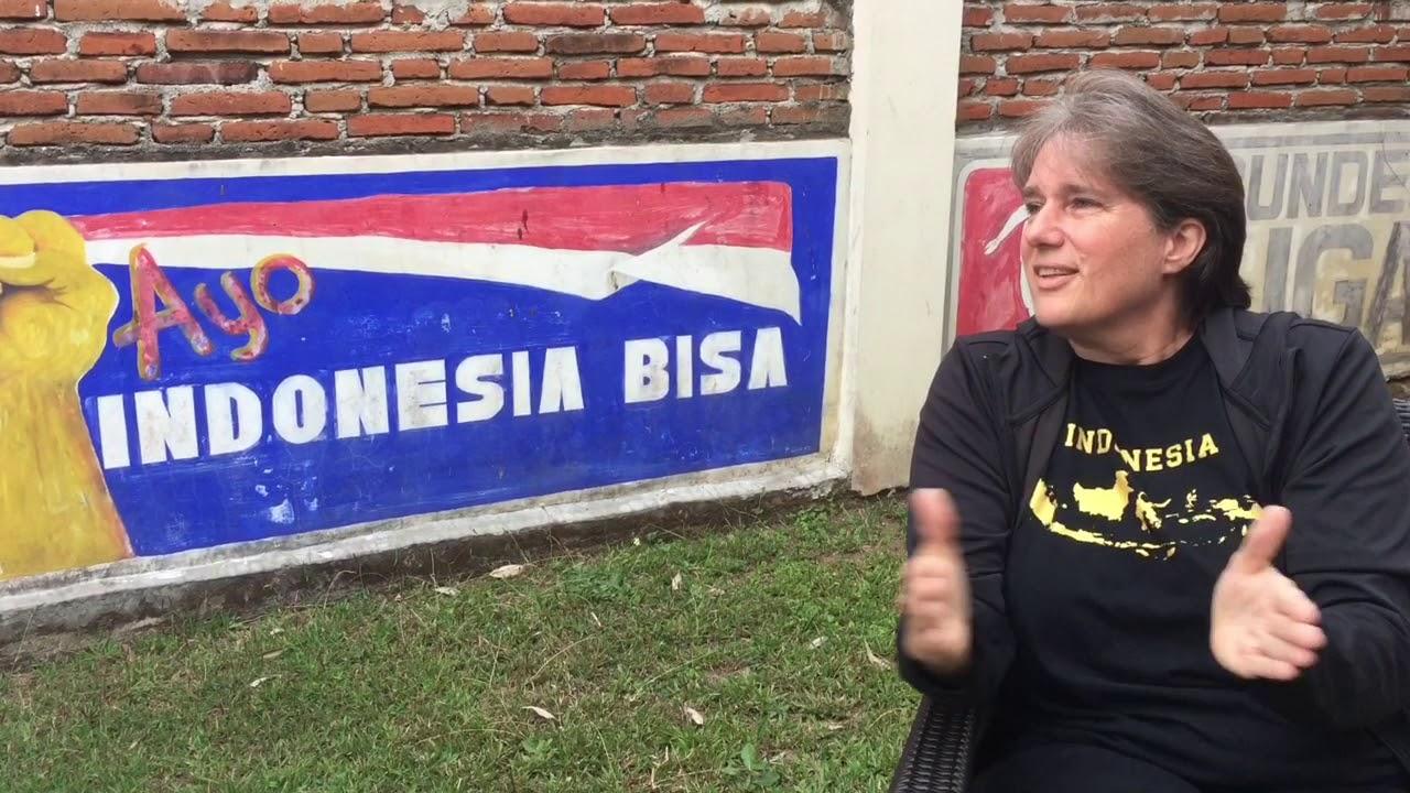 SEPAK BOLA WANITA VS PRIA - YouTube