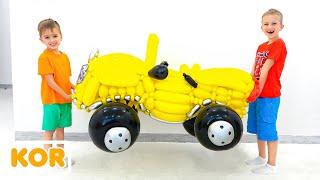 블라드와 니키타는 풍선에서 장난감 자동차를 가지고 노는 척