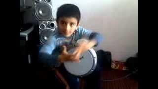 5- летний мальчик играет на барабане (машаллах)
