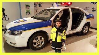 경찰차에 어린이 경찰관 경찰 박물관 경찰 놀이 Girl Policeman