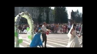 Молодоженов поздравили на площади Ленина
