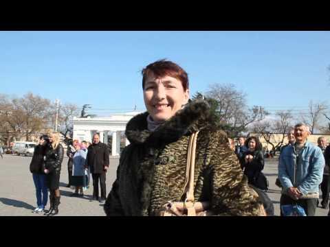 Севастопольцы плачут от радости во время подписания документа о присоединении Крыма к России