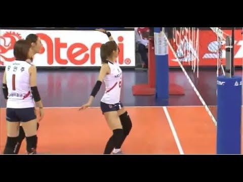 Корейская волейболистка танцует после удачных розыгрышей