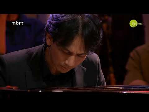 Wibi Soerjadi speelt Adagio van J.S. Bach & Alessandro Marcello | Podium Witteman