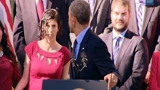 Obama ayuda a una embarazada que se desmayó durante su discurso