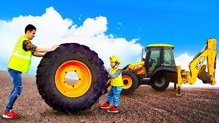 сеня играет в ремонтника и помогает починить огромный трактор и грузовик