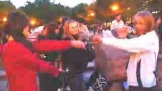 Tecktonik trance dance in Moscow (2 из 2)(Вторая и последняя часть видео -- ребята танцуют под техно (tecktonik) на Пушкинской площади в Москве вечером..., 2008-05-14T07:47:19.000Z)