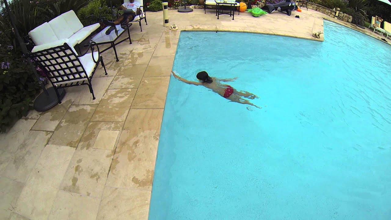 Cours de natation gabriela nage 50m dos dans une piscine for Piscine cours de natation