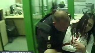 Ограбление на 10 миллионов: налетчик ранил сотрудницу Сбербанка
