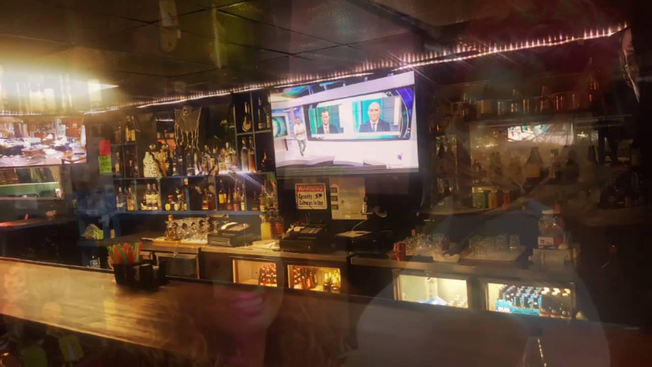 La oficina bar de modesto youtube for Oficinas chicas