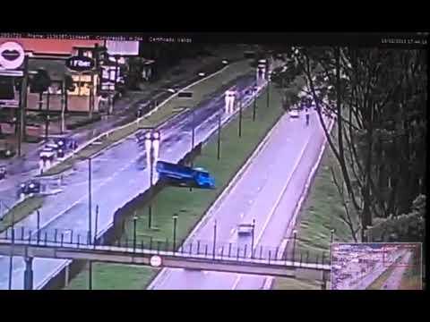 Caminhão desgovernado atravessa a BR-040 na Grande BH