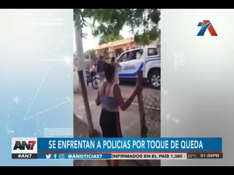 Ciudadanos Se Enfrentan A Los Agentes Policiales