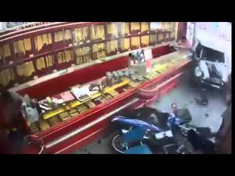 วินาทีที่ รถมินิพุ่งเข้าชนร้านทอง
