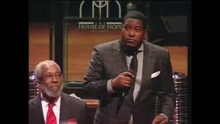 """Dr. E. Dewey Smith, Jr. sings """"I am Redeemed"""" by Jessy Dixon during Communion"""