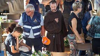 شاهد.. إيطاليا تنكس الأعلام حدادًا على أرواح ضحايا الزلزال