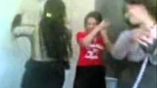 رقص بنات في المدرسة