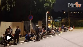 Press camp outside Najib's house amid speculation of arrest