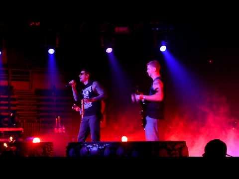 Avenged Sevenfold - So Far Away w/ fan playing lead guitar
